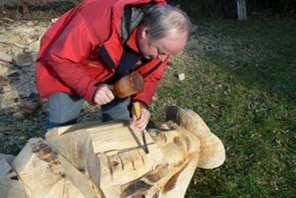 Dalibor Novotný po dlhom čase vzal do ruky rezbárske náčinie a zhotovil harmonikára.