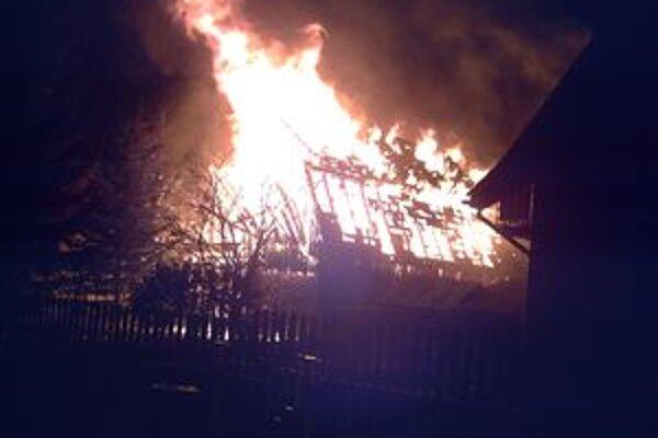Požiar vyzeral naozaj nebezpečne, plamene siahali do výšky niekoľkých metrov.