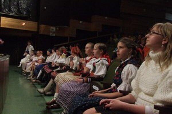 Všetci súťažiaci speváckej súťaže Liptovské zvončeky pozorne sledovali vystúpenie folklórneho súboru Vagonár z Popradu.