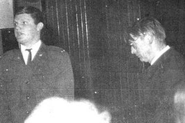 Vzácna čiernobiela fotografia z premiéry zinscenovanej poézie Janka Silana (vpravo). Premiéra sa uskutočnila v krátkom čase medzi tým, ako režim básnika dvakrát na dlhé roky umlčal.
