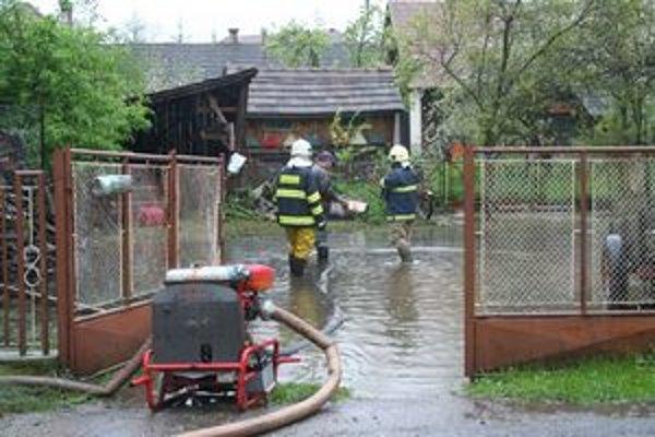 Za obecným úradom v Ižipovciach sa vytvorilo malé jazero. Vodu z neho odčerpávali hasiči z Liptovského Mikuláša.