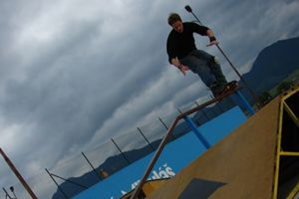 Liptovskomikulášsky skatepark využívajú aj milovníci adrenalínu na kolieskových korčuliach. Ružomberčania čakajú na park márne už roky.