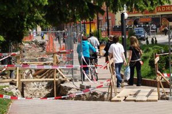 Rozkopané cesty a chodníky komplikujú život Ružomberčanom aj návštevníkom mesta.