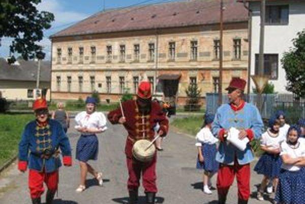 Bubeníci v Hybiach chodili po dedine a zvolávali na jarmok. Pomáhali im pri tom aj deti.