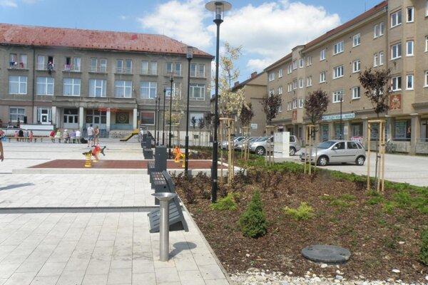 Nová zeleň aj atrakcie pre deti na obnovenom Námestí Hronského v Prievidzi.