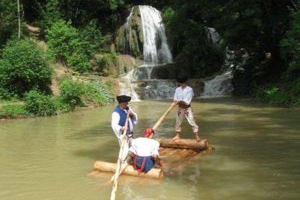 Pod lúčanským vodopádom v strede obce vozili pltníci návštevníkov.