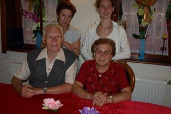 Zlatí manželia Emília a Milan Čerevení učiteľovali na rôznych miestach Slovenska, na dôchodku žujú v Kvačanoch.