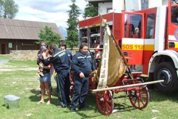 Historická vyšívaná zástava hasičov.
