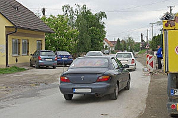 Pohyb po hlavnej ceste je už dlho dosť nebezpečný. Pre autá aj chodcov.