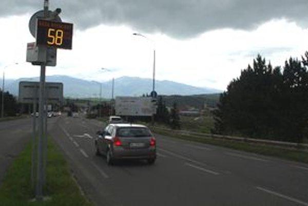Nové merače vybavené kamerovým systémom monitorujú rýchlosť už aj na frekventovanej ceste v Ľubochni.