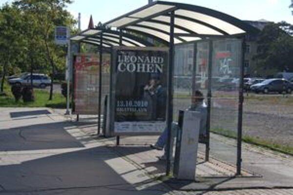 Na autobusových zastávkach v meste sú osvetlené reklamné vitríny city light.
