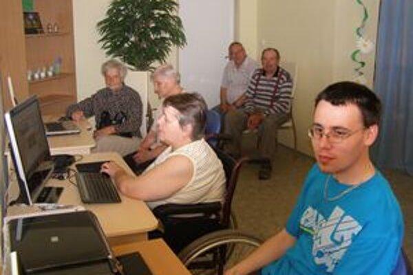 Vďaka internetu sú seniori v kontakte so svojimi príbuznými.
