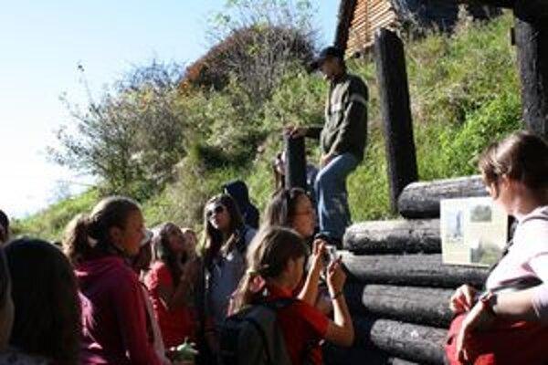 V archeoskanzene na Havránku žiaci spoznávali najstaršiu históriu regiónu.