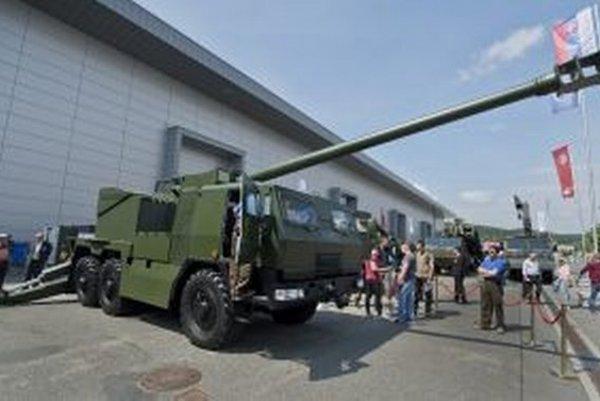 Na snímke ľahká vezená húfnica 155 mm/52 cal. EVA na výstave obrannej techniky IDET v Brne