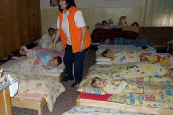 Z rodinného domu vznikla po rekonštrukcii dvojpodlažná materská škola. Na poschodí je spálňa.