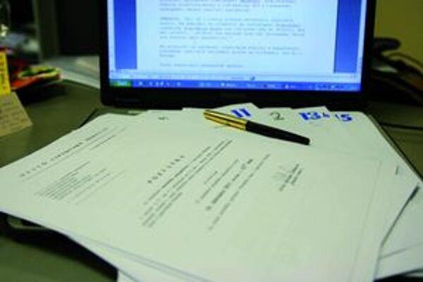 Až desaťtisíc strán papiera vytlačia pre liptovskomikulášskych poslancov len na jedno rokovanie mestského zastupiteľstva.