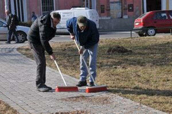 Brigádnici vyčistili trávnik a pozametali aj chodníky.