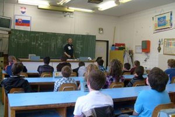 Peter Remper z Občianskeho združenia Slovensko bez drog  vysvetľoval žiakom nebezpečenstvo drog  pomocou príkladov zo života.