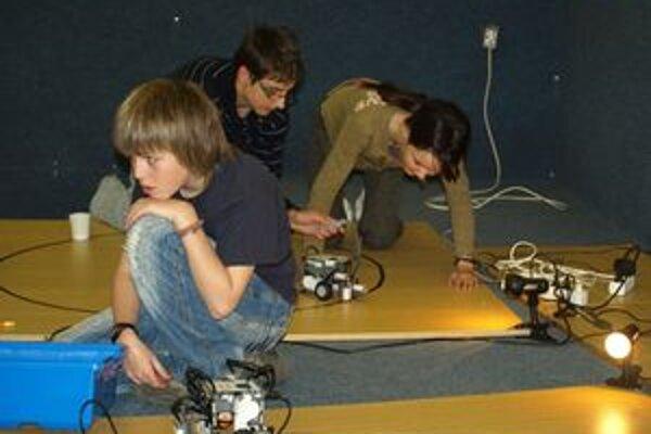 Na súťaži boli deti tak zaujaté tvorbou programov pre robotov, že nevnímali okolie.