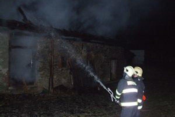 Liptovskomikulášski hasiči likvidovali celú noc požiar veľkokapacitného senníka.