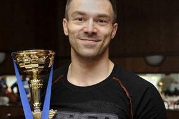 Kulturista Ľuboš Maliňák s trofejou z majstrovstiev Európy.