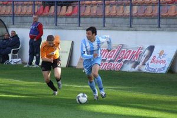 Ružomberčan Peter Maslo (vľavo) v bežeckom súboji so Samuelom Slovákom zo Slovana.