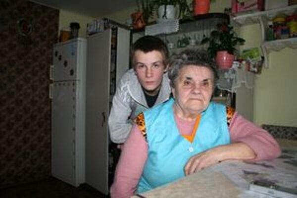 Starká s vnukom žijú skromne a sú si navzájom oporou. Problémom je, že nemajú z čoho zaplatiť za uhlie na zimu.