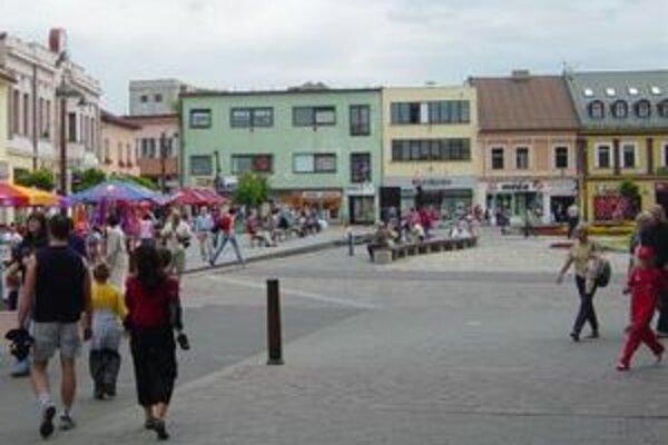 Lukratívnu budovu (zelenú) bývalého Čedoku centre mesta  mali poslanci predať pôvodne za asi 83-tisíc eur. Jej súdnoznalecká cena je pritom viac ako 270-tisíc eur.