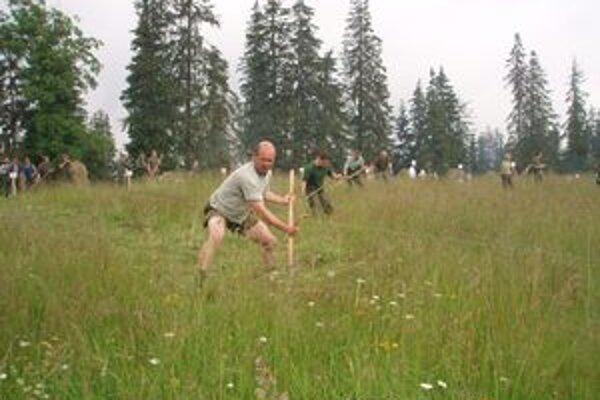 Oravskí lesníci opäť na súťaži v kosení lúky tradičným spôsobom dokázali, že kosia rýchlo aj kvalitne.