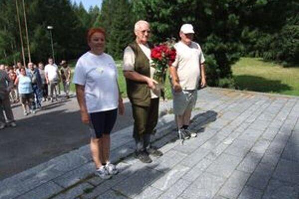 Zľava Tatiana Tkáčová, podpredseda základnej organizácie Jozef Krakovský a predseda Okresného centra Slovenského zväzu telesne postihnutých Ľubomír Tomčík.