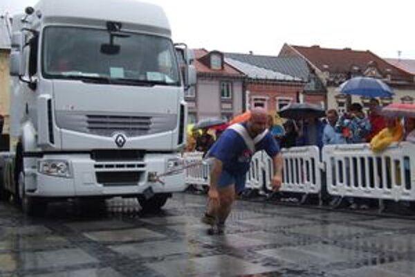 Medzi divácky atraktívne disciplíny patrilo aj ťahanie kamióna, ktoré vyhral Peter Cuker.