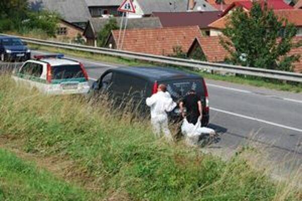 Mŕtvolu zatiaľ neznámeho muža našli niekoľko metrov od cesty.