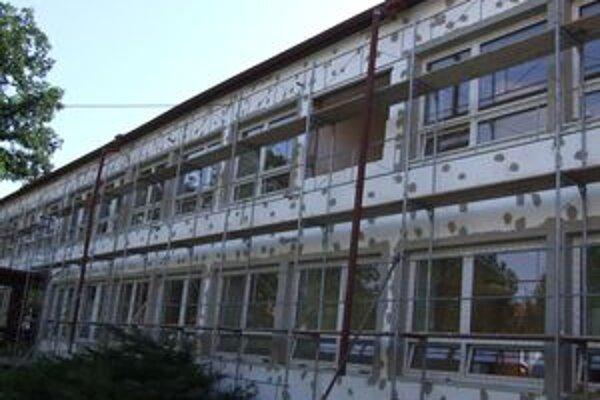 Základnú školu na Hradnej ulici kompletne opravujú z peňazí Európskej únie.