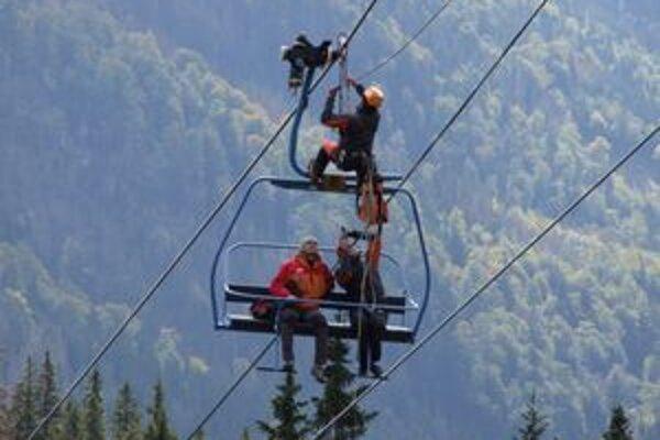 Horskí záchranári predviedli svoju pripravenosť aj pri záchrane ľudí z uviaznutej lanovky.