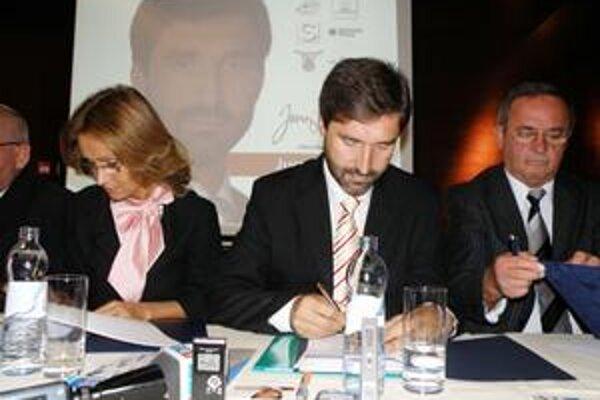 Juraja Blanára podporuje aj SF (Martináková vpravo) a SNS (Dubravay vľavo).