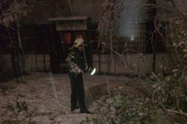 Hasiči večer pílili niekoľko stromov, ktoré spadli na cesty.