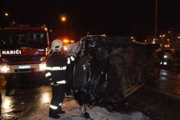 Sanitka po náraze skončila prevrátená na boku, zasahovať museli hasiči.