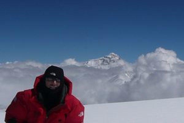 Pavol Lupták na vrchole Čo Oju. V pozadí je najvyššia hora sveta Mont Everest.