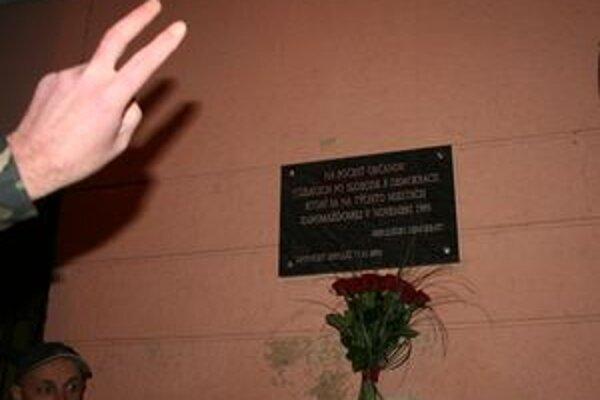 Tabuľa, ktorú odhalili Mikulášski demokrati 17. novembra pri príležitosti 20. výročia Nežnej revolúcie.