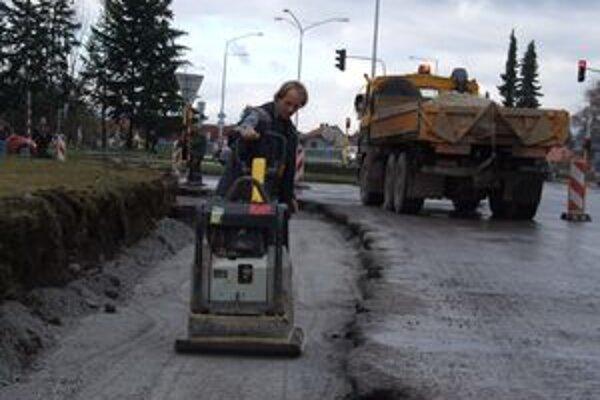 Práce na rekonštrukcii križovatky sa už začali, hlavnú časť urobí stavebná firma na jar.