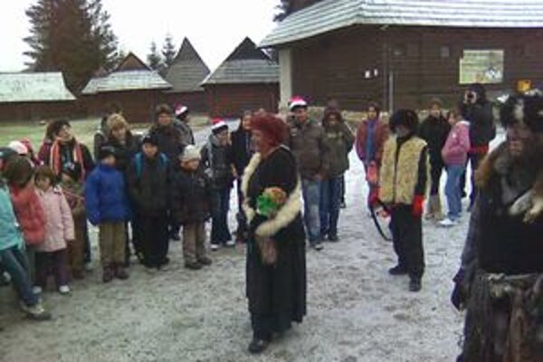 Deti z detských domovov a krízových centier zo šiestich štátov  navštívili aj skanzen v Pribyline, kde ich privítali strigy.  Do včera totiž boli v skanzene Stridžie dni.