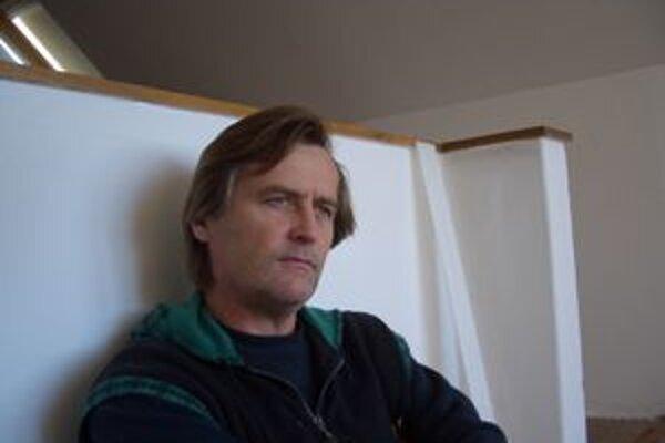 Juraj Oravec sa narodil 8. októbra 1956 v Kežmarku. Venuje sa maľbe, voľnej a úžitkovej grafike a kresbe. V súčasnosti žije a pôsobí v Trenčíne.  Od roku 1986 realizoval 50 samostatných výstav doma i v zahraničí.