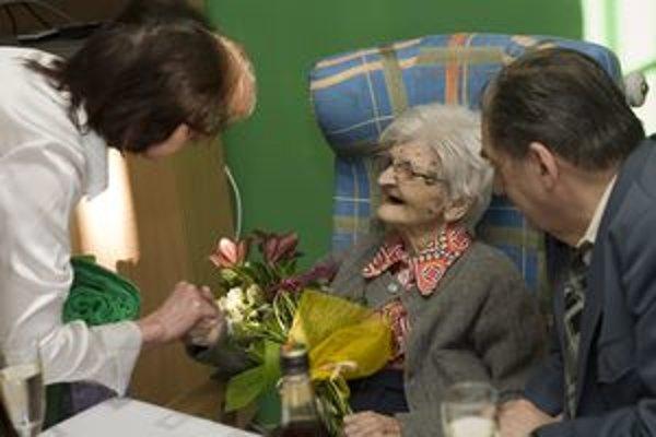 Mária Schwarzová dostala k stým narodeninám kvety a darčeky od zamestnancov aj obyvateľov domova dôchodcov. Syn Jozef (vpravo) ju pravidelne navštevuje.