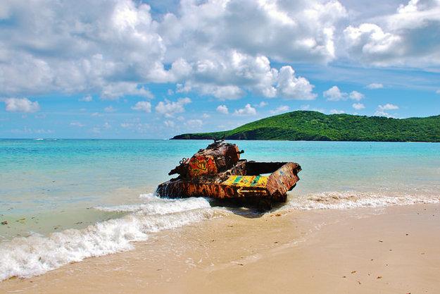 Atrakciou pláže Flamenco je zhrdzavený tank.