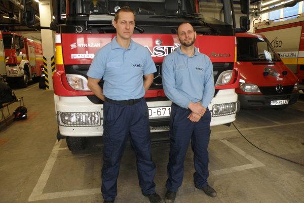 Peter Sobota (vľavo) a Róbert Rötling sú hasiči, no pomáhajú aj mimo služby.