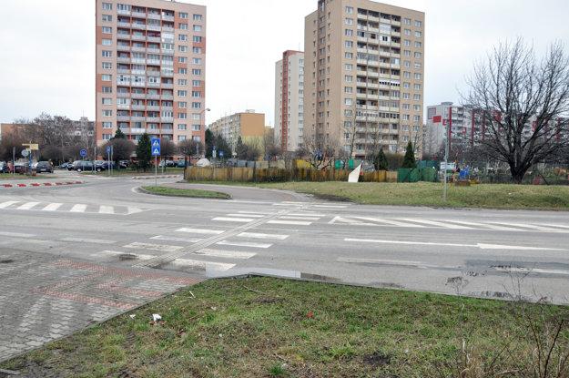 Priechod na Bratislavskej kritizuje čitateľka. Nie je osvetlený, po zotmení si vraj šoféri všimnú chodcov až na poslednú chvíľu.