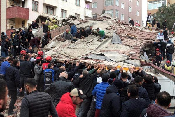 V Istanbule sa v stredu zrútila osemposchodová budova. Prehľadávajú trosky.