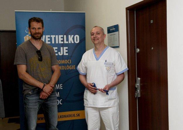 Primár oddelenia hematológie P. Bician s hokejistom Michalom  Handzušom počas vlaňajšieho odovzdávania bytu pre rodiny chorých detí.