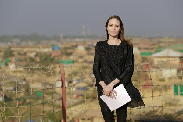 Angelina Jolieová, ktorá pôsobí ako osobitná vyslankyňa Úradu vysokého komisára OSN pre utečencov (UNHCR), sa pripravuje na tlačovú konferenciu v utečeneckom tábore Kutapalong.