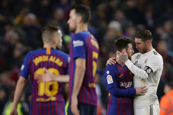 Sergio Ramos (úplne vpravo) v objatí s Lionelom Messim.